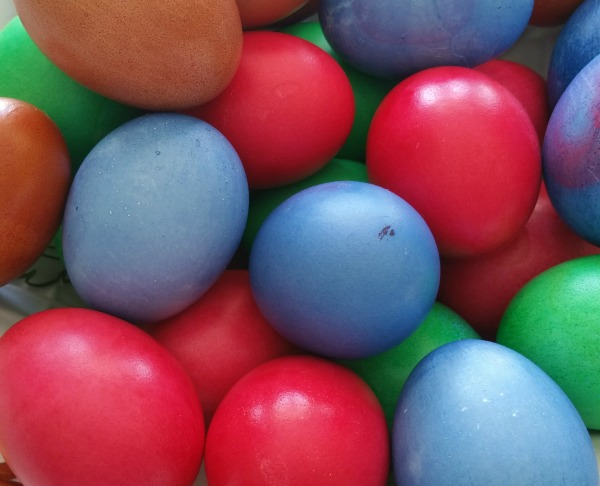 Decorating Easter eggs | amotherworld | www.amotherworld.com